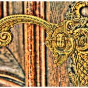 Türklinke an der Eingangstür zur Villa