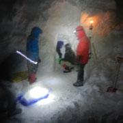 「極キャン2013-2」夜中までかかって雪洞を掘る