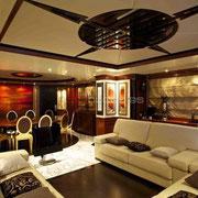Interior del megayate de la sala de estar.