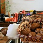Frische Brötchen und Brot