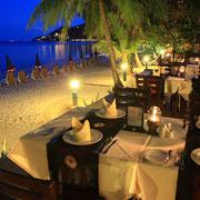 Romantisches Abendessen am schönsten Strand Samuis.
