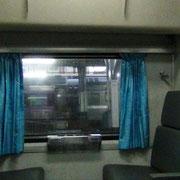 2nd class - 2 Betten (oben & unten), jedes Bett hat einen Vorhang. Großraumwagen mit ca. 30 Leuten.