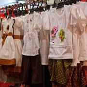 ... und auch Kinderkleidung kann man in Thailand günstig einkaufen.