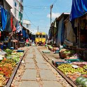 Zug fährt durch den Markt