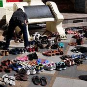 Please take off your shoes. Gilt für Tempel, Privathäuser und sogar in machen Restaurants.