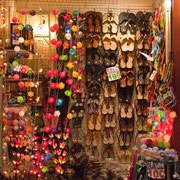 """Frauenparadies: Schuhe, Flipflops - alles was """"sie"""" glücklich stimmt."""