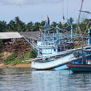 Fischerboote im Überfluss in Bang Saphan.