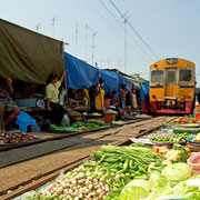 Mae Klong Railway Market - Talad Rom Hoob