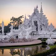 Auf der Nordthailand Explorer Tour besichtigen Sie den berühmten Wat Rong Khun (Weißer Tempel).