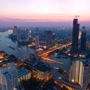 Bangkok bei Nacht am Chao Phraya