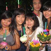 Studentinnen feiern das Loy Krathong Festival