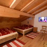 Schlafzimmer 2 mit 2 Doppelbetten und TV
