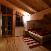 Schlafzimmer 2 - Tür zur Dachterrasse mit Whirlpool