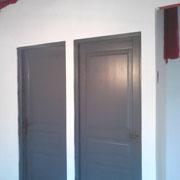 mur enduit et portes peintes gris Fonte