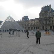 Лувр, Пирамида, вход в музей