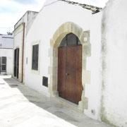 Entrata dell'appartamento adiacente la piazza centrale di Palmariggi