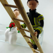 Tortenfigur Brautpaar Feuerwehrmann auf Leiter