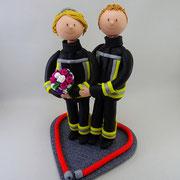 Tortenfigur Brautpaar in Feuerwehruniform
