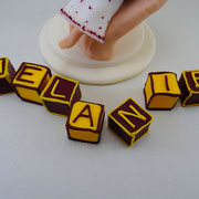 Tortenfigur Mädchen in Hand mit Kreuz mit Buchstabenwürfel