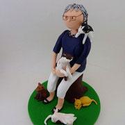 Tortenfigur Frau sitzend mit Katzen