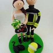 Tortenfigur Brautpaar Feuerwehrmann und Kickboxerin