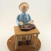 Tortenfigur an Tisch mit Zither