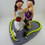 Tortenfigur Brautpaar Feuerwehrmann mit Kind und Katzen