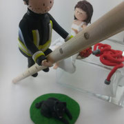 Tortenfigur Brautpaar Feuerwehrmann auf Leiter, Schlauch und Hund