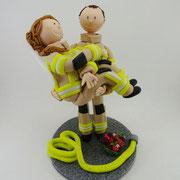 Tortenfigur Brautpaar in Feuerwehruniform Bräutigam trägt Braut