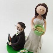 Tortenfigur Brautpaar mit Laptop und Rührschüssel