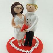 Tortenfigur Koch und schwangere Braut im Blütenherz