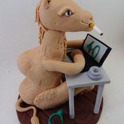 Tortenfigur rauchendes Kamel im Schreibtisch