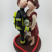 Tortenfigur Brautpaar Feuerwehrmann und Braut mit Dirndl