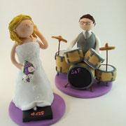 Tortenfigur Brautpaar mit Stepper (Braut) und Schlagzeug (Bräutigam)