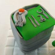 Tortenfigur Ärztin/Chirurgin im OP mit Patient OP-Wagen