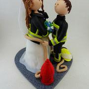 Tortenfigur Brautpaar Feuerwehrmann, Braut mit Uniformjacke