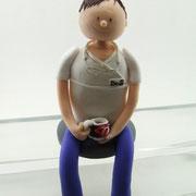 Tortenfigur Arzt sitzend mit Rollings Stones Tasse