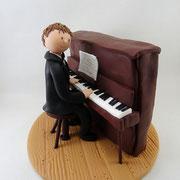 Tortenfigur Junge am Klavier