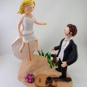 Tortenfigur Brautpaar Braut springt zu Bräutigam
