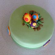 Ostertorte mit Eiern im Nest