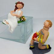 Tortenfigur Brautpaar Feuerwehrmann sitzend und kniend