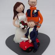 Tortenfigur Brautpaar mit Kind auf Rutscheauto