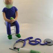 Tortenfigur Arzt mit Stethoskop und Spritze