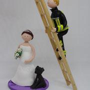 Tortenfigur Brautpaar Feuerwehrmann auf Leiter, Braut stehend mit Hund