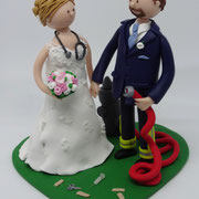 Tortenfigur Brautpaar mit Feuerwehrdetails