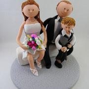 Tortenfigur Brautpaar sitzend mit Kind
