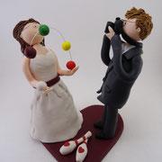 Tortenfigur Brautpaar jonglierende Braut und fotografierender Bräutigam