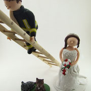 Tortenfigur Brautpaar Feuerwehrmann auf Leiter und Katzen