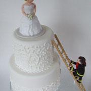 Hochzeitstorte 2-stöckig mit Royal Icing gespritzt und Tortenfiguren