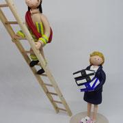 Tortenfigur Brautpaar Feuerwehrmann auf Leiter und Braut stehend